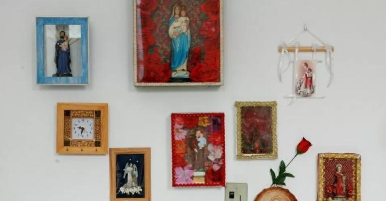 13jul2007---imagens-religiosas-na-parede-do-quarto-de-dona-cano-em-sua-residencia-em-santo-amaro-da-purificacao-ba-1355766570529_956x500
