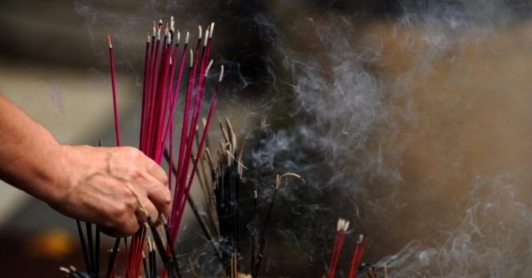 3ago2012---budista-cingales-acende-incenso-e-faz-oracoes-durante-festival-religioso-no-templo-de-gangaramaya-em-colombo-sri-lanka-1344034413545_956x500