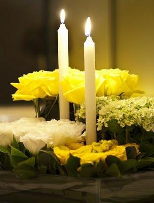 casamento amarelo branco rosas brancas centro mesa arranjo velas kalanchoe quadrado